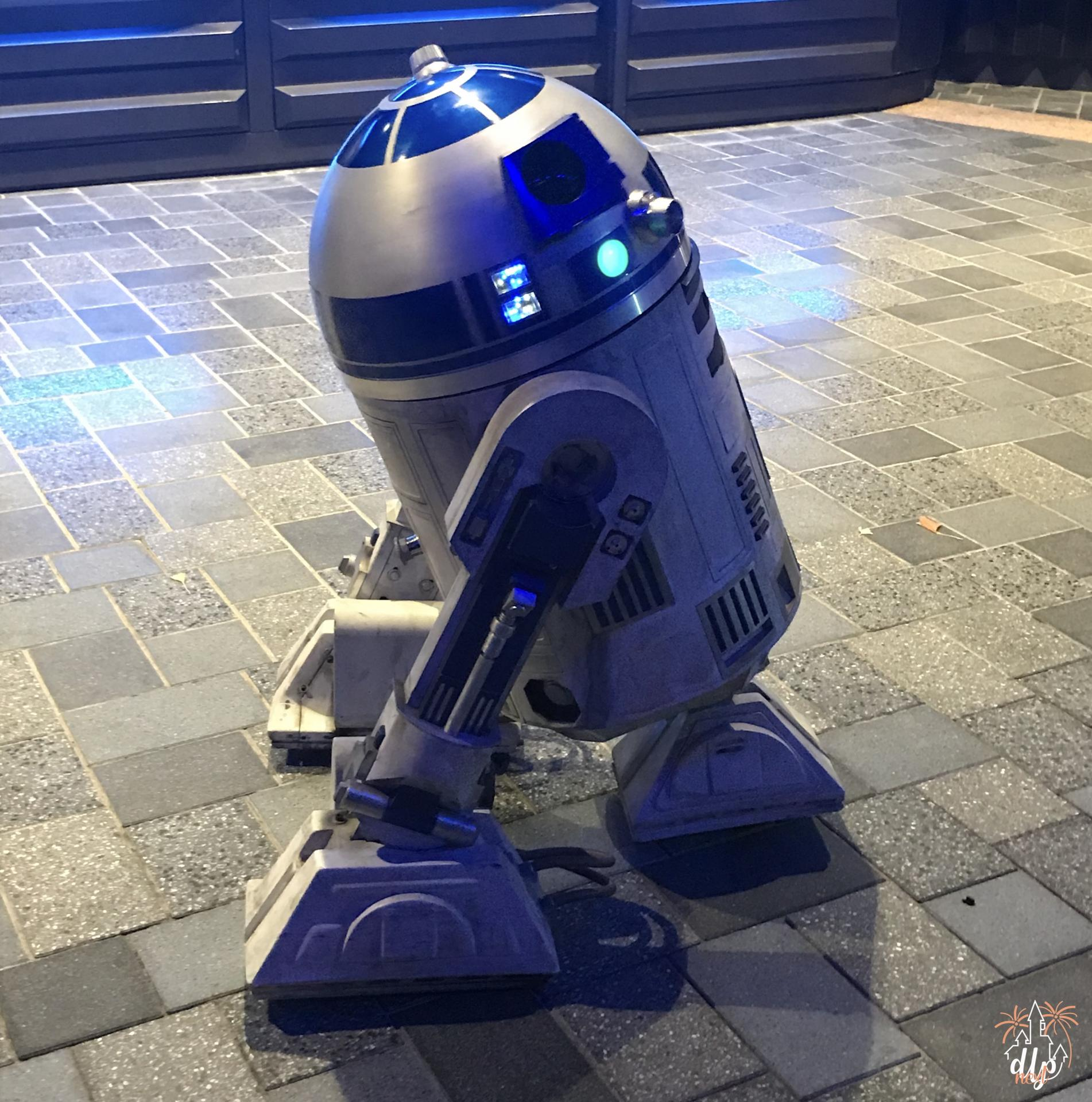 Characters Night Disneyland Paris R2D2